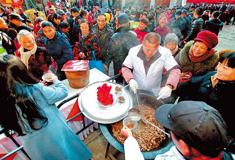 消費升級是大陸投資主線之一。圖為1月1日,杭州市瓶窯老街開啟新年首場「山鄉年貨節」。 (新華社)