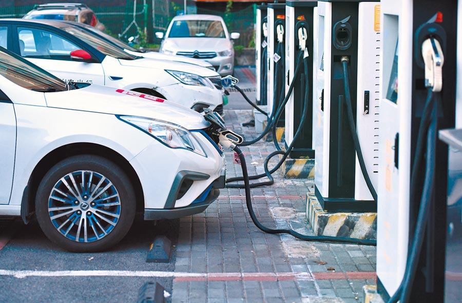 新能源汽車產業鏈是券商較為看好的方向。圖為重慶一停車場內新能源車正在充電。(中新社)