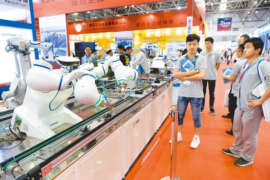 財新製造業PMI結束連5個月回升。圖為採購商在福州一展會上瞭解高技術製造業產品。(中新社資料照片)
