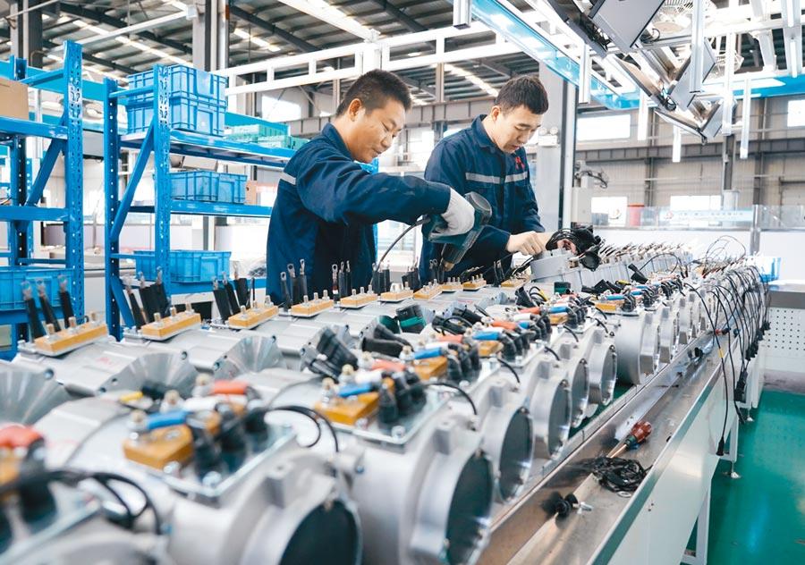 2019年11月17日,工人在唐山市一家機電設備企業的生產線工作。 (新華社)