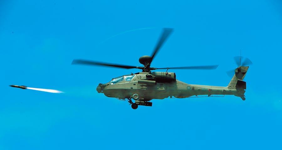 大陸學者指民進黨加強軍事戰備,以武拒統。圖為我向美購買的阿帕契直升機在澎湖五德海域上空發射地獄火飛彈,模擬對進犯敵軍實施攻擊。(本報系資料照片)
