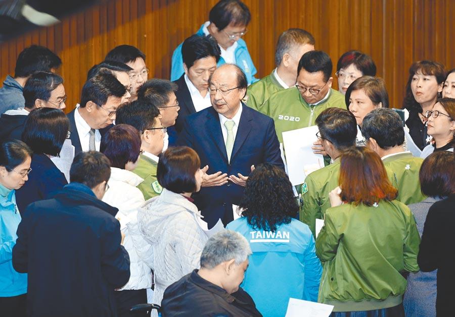 2019年12月31日,民進黨立委在議場舉行黨團大會,欲強行通過《反滲透法》。(本報系資料照片)
