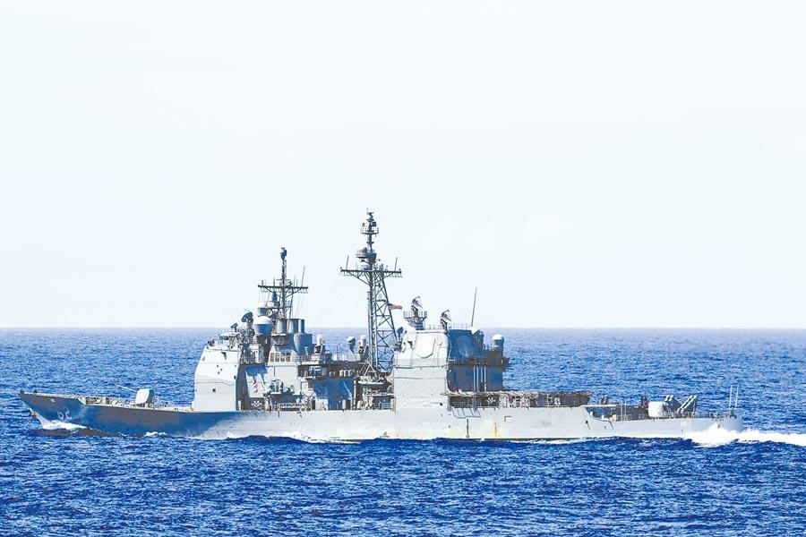 中美已展開地緣政治競賽。圖為2019年11月12日,美軍巡洋艦「昌塞勒斯維號」航經台灣海峽由北向南轉巴士海峽自由航行。(取自美國海軍官網)