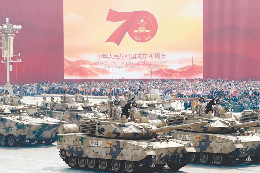 2019年10月1日,大陸「十一」閱兵,15式輕型裝甲方隊接受檢閱。(新華社)