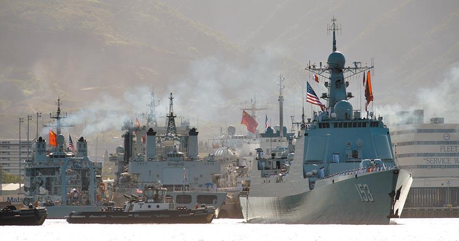 「環太平洋-2016」軍演,大陸海軍飛彈驅逐艦西安艦(右1)駛離美國夏威夷珍珠港。(新華社)