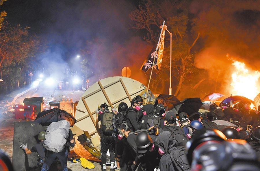 反送中重災區,香港中文大學維修費高達2.6億元。圖為2019年11月12日,大批蒙面示威者於香港中大與警方對峙。(中新社)
