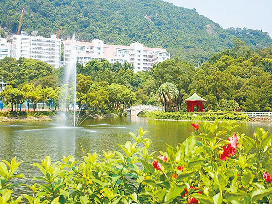 香港中文大學未遭破壞前,崇基學院校園內的未圓湖與崇基禮拜堂。(取自香港中文大學官網)