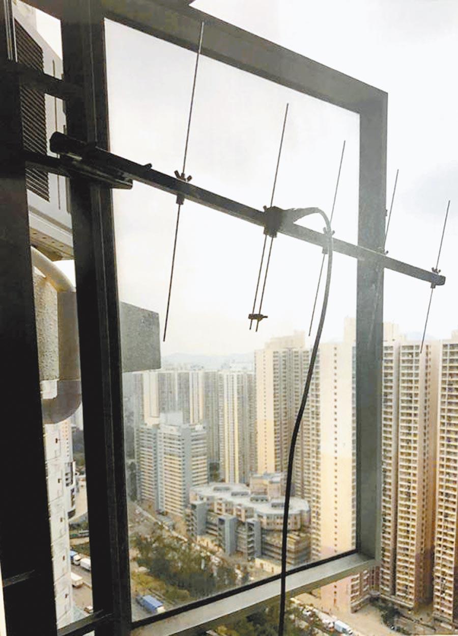 港警偵破一個專門向示威者提供無線電通訊平台的集團,圖為安裝在住宅窗外的高點中轉機天線。(取自微博@人民日報)