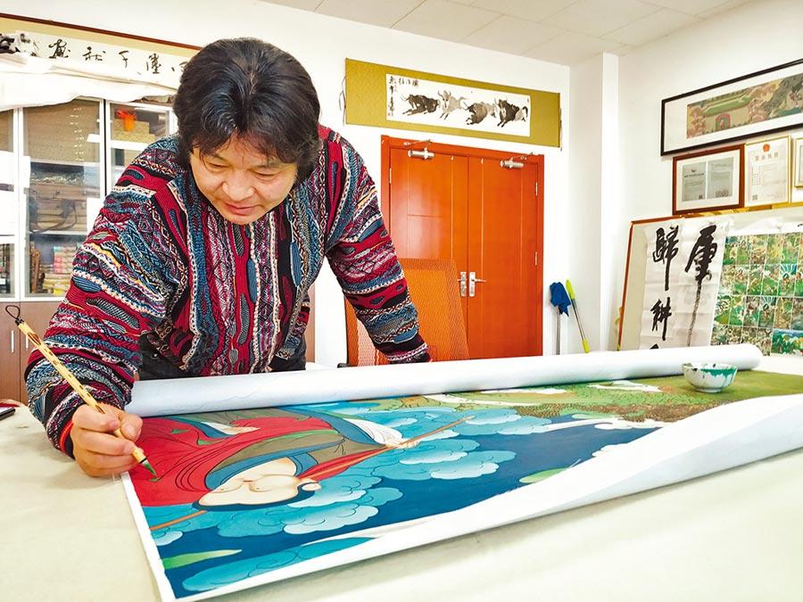 1998年赴紐西蘭深造的丹增‧謝朱回到青海,拯救破損脫落的瞿曇寺壁畫。(中新社)