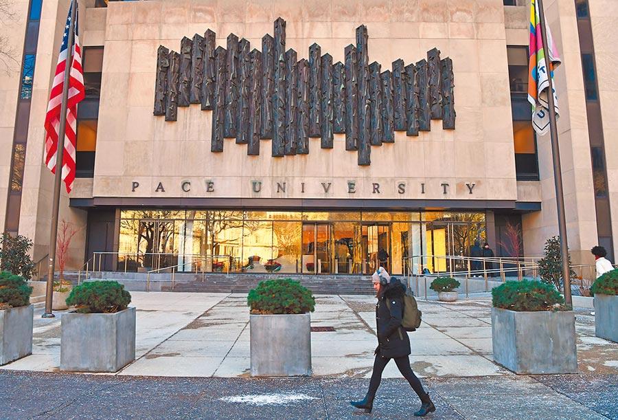 近來大陸赴美學生和學者簽證時常受阻,圖為一名學生從紐約佩斯大學前走過。(新華社)