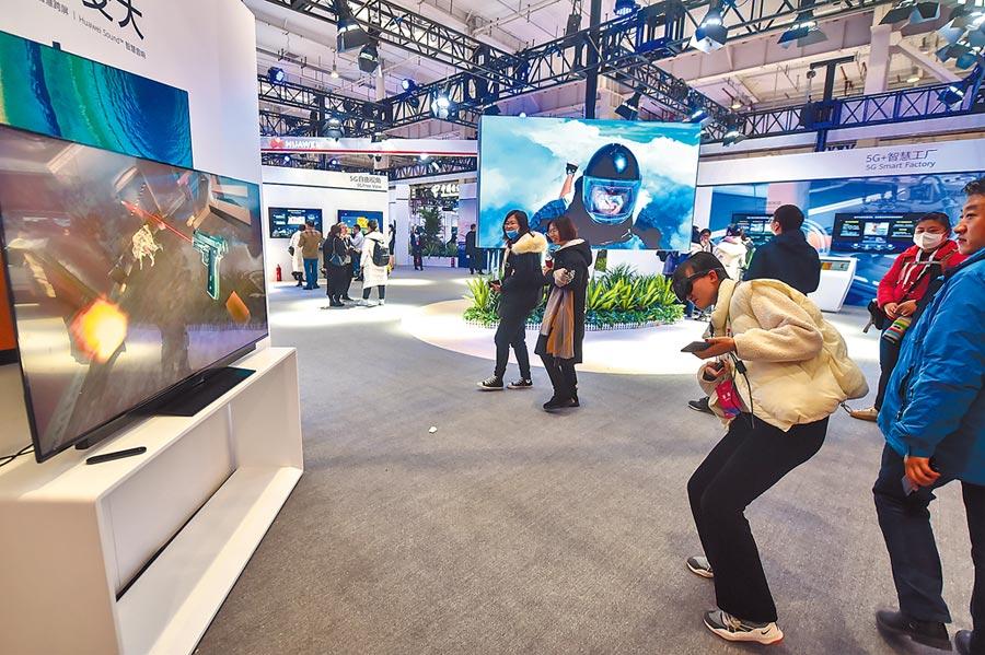 2019年11月20日,在北京舉行的世界5G大會,人們體驗5G雲遊戲。(新華社)