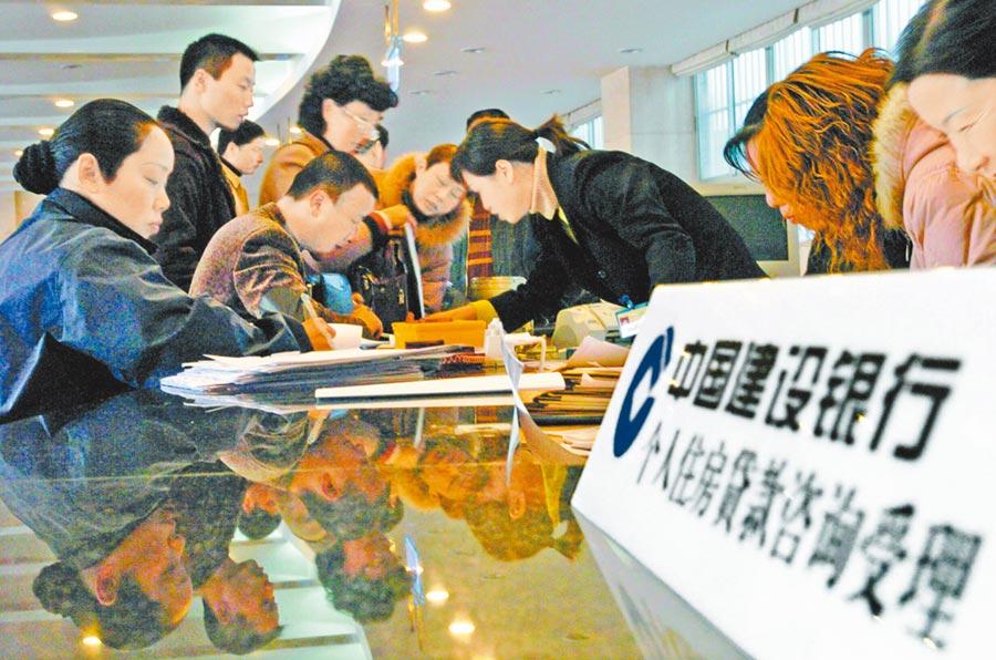 人行降準可望增加房貸利率下調可能性。圖為民眾在中國農業銀行南京分行辦理房貸業務。(新華社資料照片)