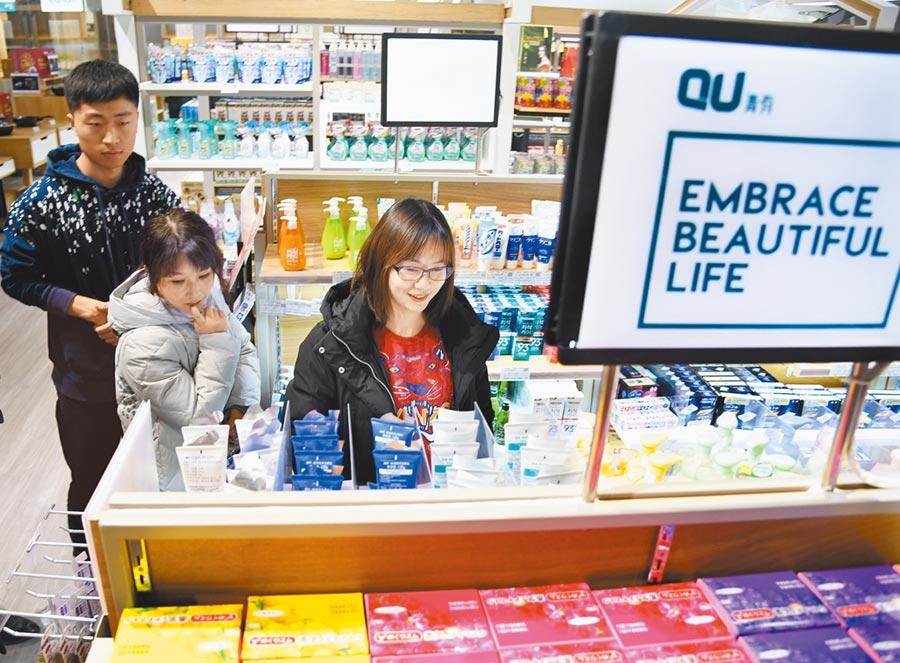 2019年12月6日,青島消費者在進口日用品展銷區選購。(新華社)