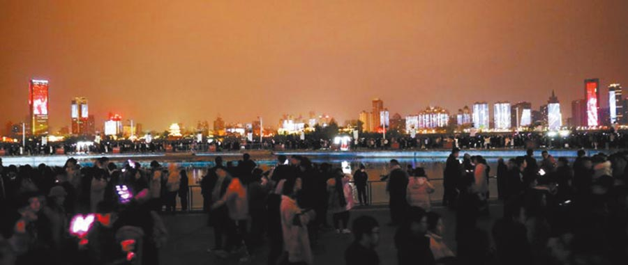南昌跨年燈光秀吸睛。