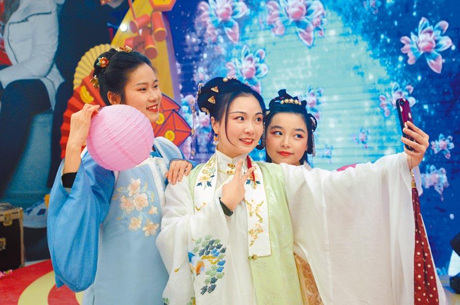 一顰一笑散發出中華文化的風韻。