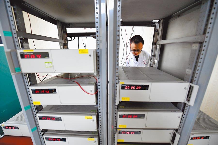 工作人員在中科院國家授時中心銫原子鐘房工作。(新華社資料照片)