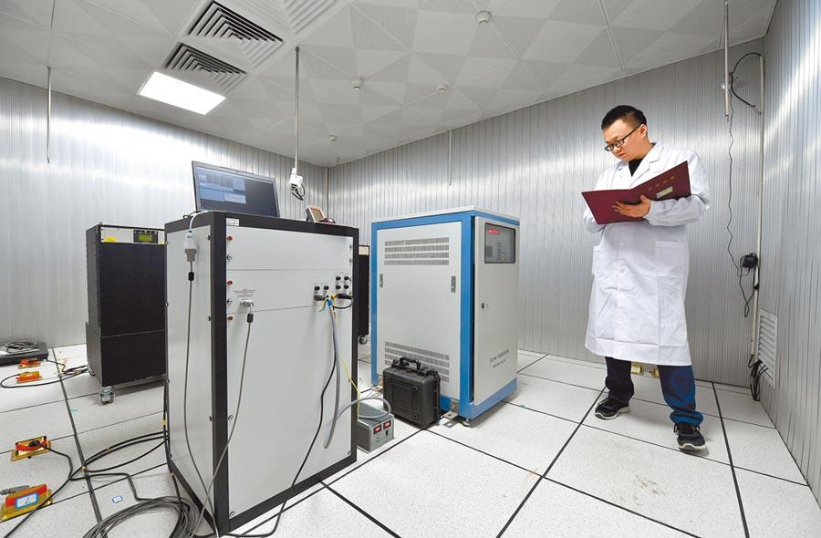 工作人員在中科院國家授時中心氫原子鐘房工作。(新華社資料照片)