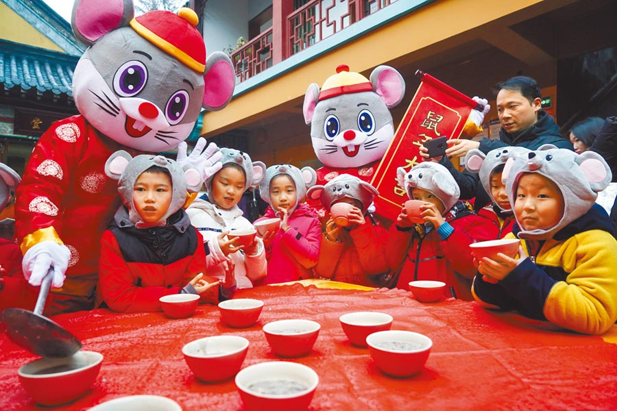 1月2日,南京玄奘寺在臘八節贈粥送福,小朋友開心喝粥。(新華社)