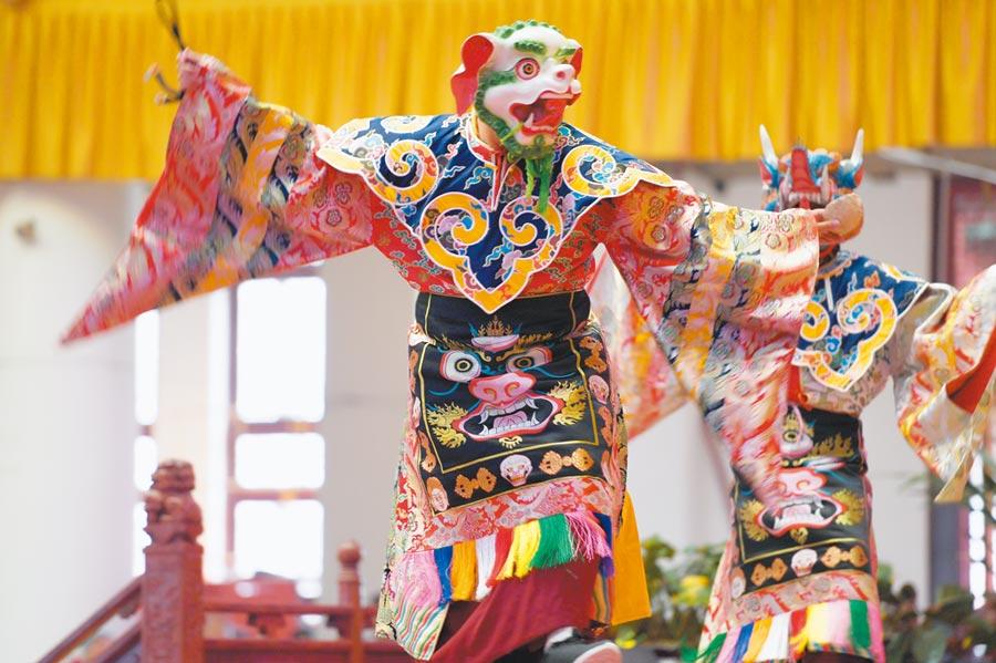 1月2日,昆明寶華寺在臘八節邀請僧人跳「金剛舞」為新年祈福。(中新社)