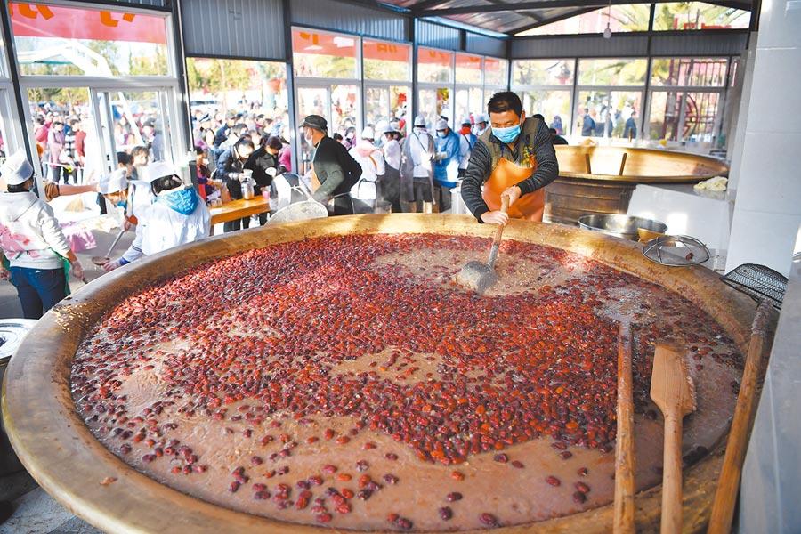 1月2日,雲南省昆明市寶華寺免費發送臘八粥,受到民眾歡迎。(中新社)