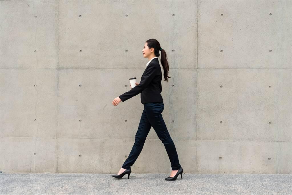 許多人習慣在飯後散步幫助消化,但若走太快、走太久都有可能引起不適。(圖/Shutterstock)