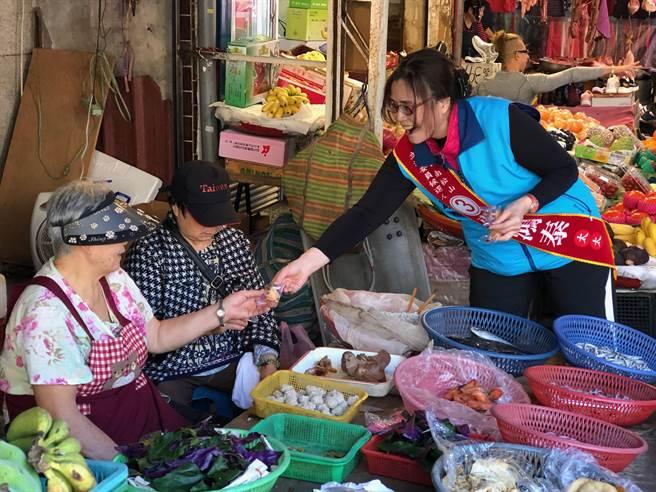 費鴻泰太太王怡心到街頭分發有政見的餅乾。(費競辦提供)