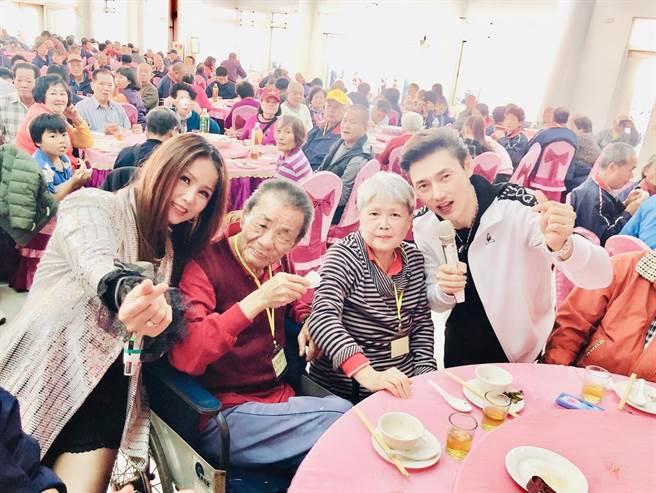 包偉銘與愛妻劉依純赴台南新春餐會關懷獨居老人。(翰森娛樂提供)
