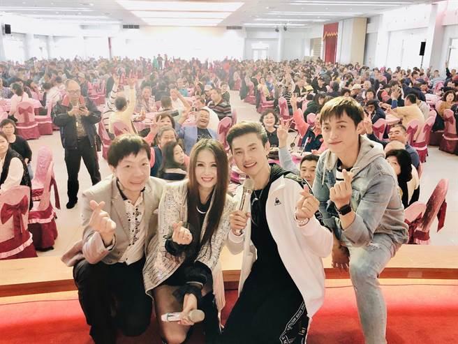 粘立人(左起)和劉依純、包偉銘、包庭政赴台南新春餐會關懷獨居老人。(翰森娛樂提供)