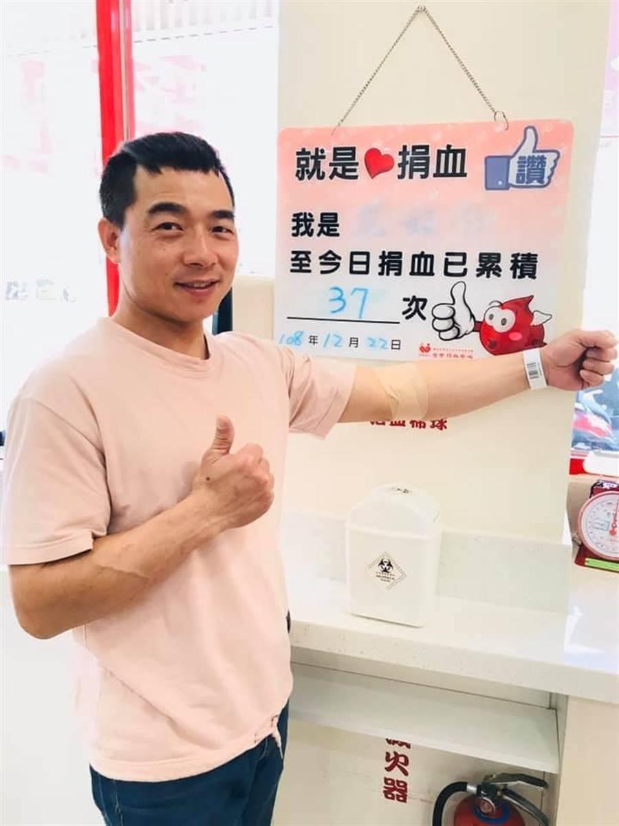 中部經銷商王煥杰總監光是自己一個人就累積捐血達37次。(讀者提供/吳家詮傳真)