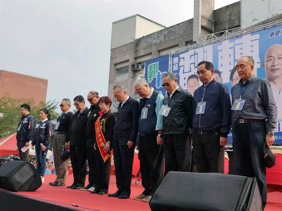 國民黨台南市立委候選人洪秀柱(右六)與陳鎮湘等10位退役將軍,帶領民眾為黑鷹罹難將士默哀30秒,表達對罹難者追悼及為傷者祈福。(洪榮志攝)