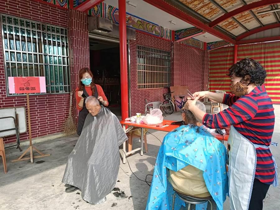 賴淑苓(左一)表示,剪髮對她們而言只是舉手之勞的事情,卻可以帶給他人滿滿的笑容。(張毓翎攝)