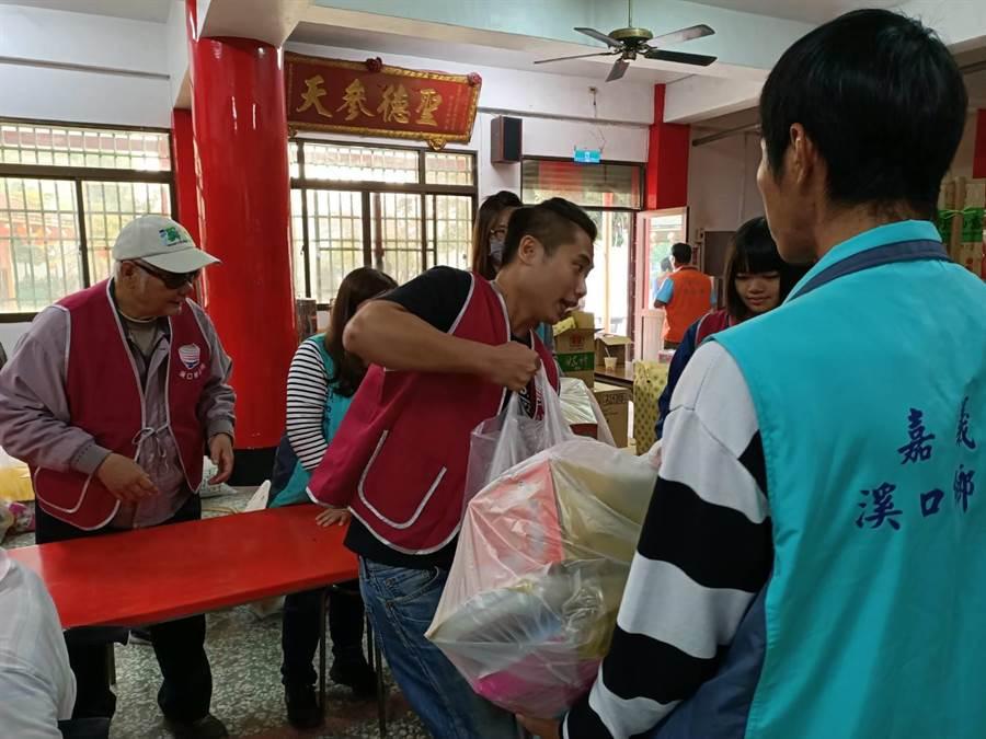 志工幫忙民眾搬運物資。(張毓翎攝)