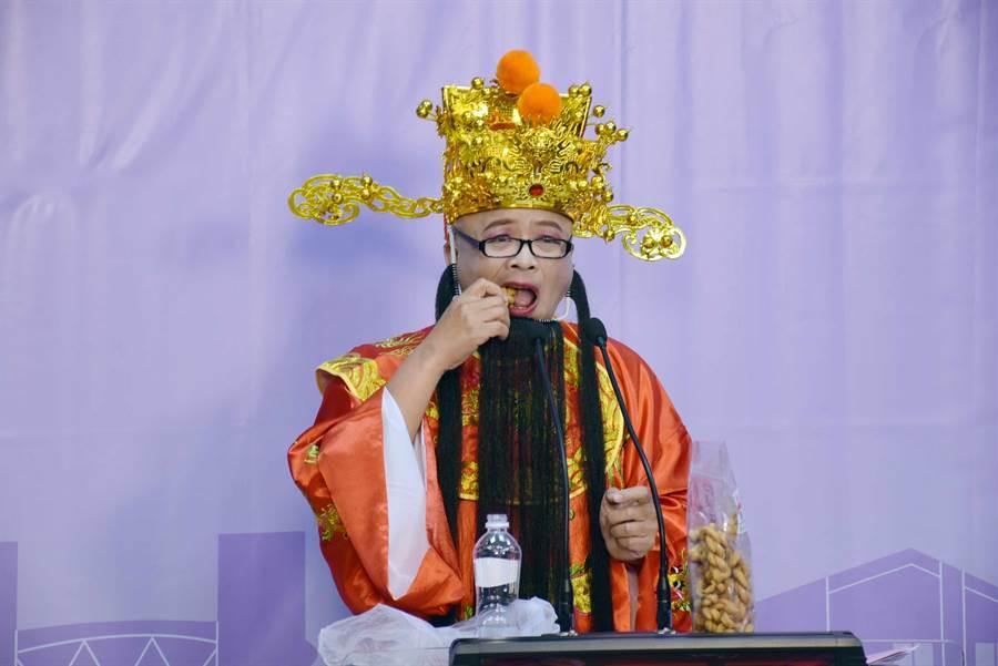 黃宏成台灣阿成世界偉人財神總統第一輪先是唱歌、狂灑假鈔,吃起零嘴「鎖仔條」。(呂妍庭攝)