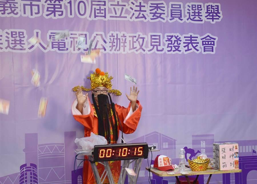 黃宏成台灣阿成世界偉人財神總統第一輪先唱歌,接著從行李箱拿出假鈔狂灑。(呂妍庭攝)