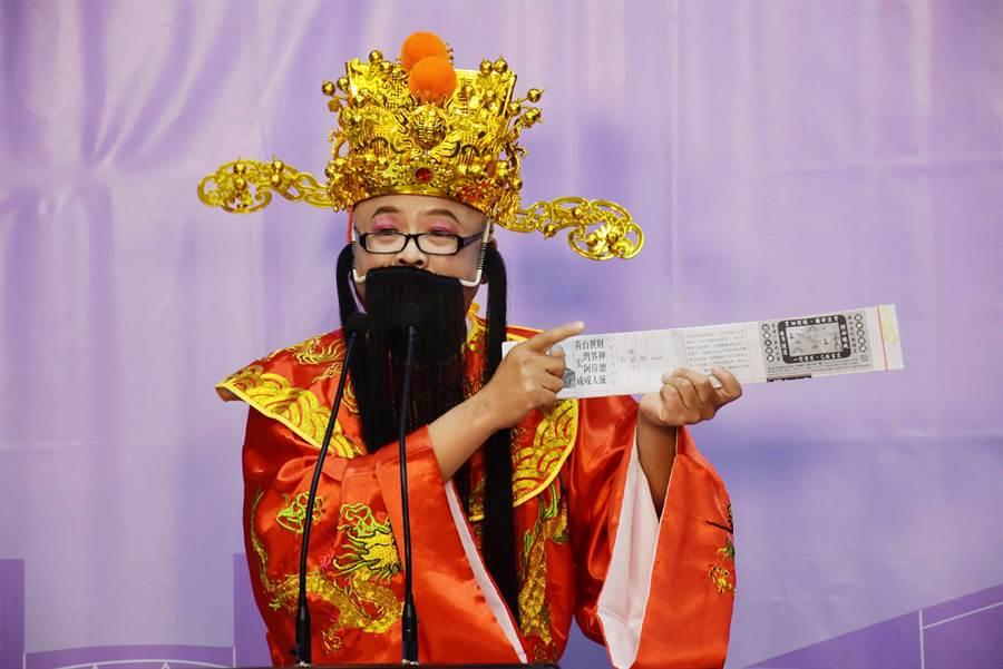 黃宏成台灣阿成世界偉人財神總統因選舉公報印黑白,大駡總統蔡英文。(呂妍庭攝)