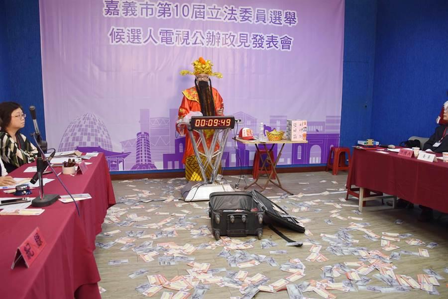 黃宏成台灣阿成世界偉人財神總統在政見會場狂灑假鈔,造成滿地紙屑。(呂妍庭攝)