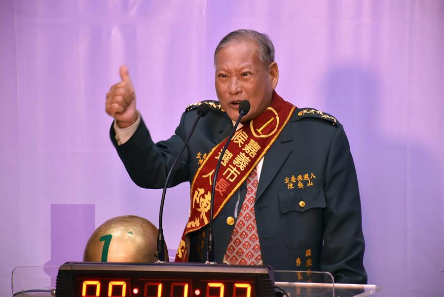 陳泰山著「五星」軍裝現身,一上場就高喊「反共、獨立」。(呂妍庭攝)