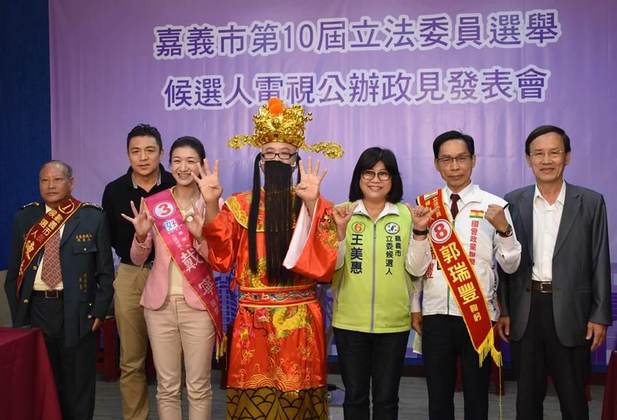 嘉義市立委政見發表會4日登場,因傅大偉尚未到場,僅7位候選人合影留念。(呂妍庭攝)