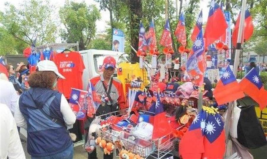 韓國瑜周六在台南與洪秀柱共同造勢,中午剛過現場就湧入大量民眾逛小辣椒市集。(圖/中評網)