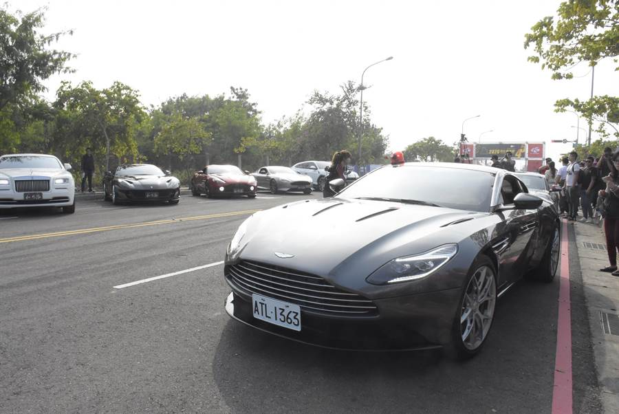 電影007龐德專用座駕,由活動代言人姚元浩駕駛進場領跑。(謝瓊雲攝)
