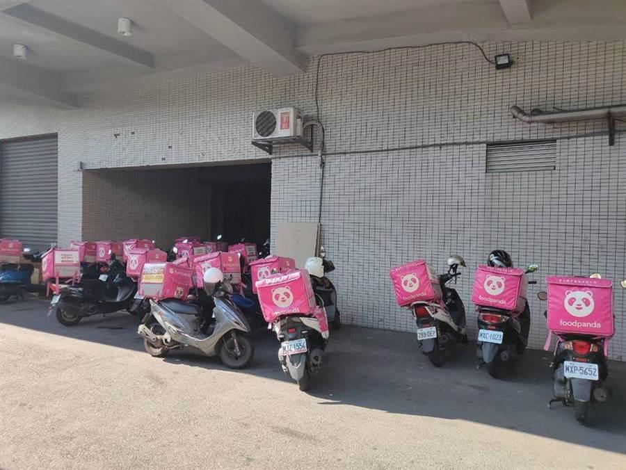 外送員在《靠北熊貓》上抱怨,家樂福外面停著滿滿的粉紅色熊貓機車照片,全都是在等待叫號送貨的外送員。(摘自臉書:靠北熊貓)