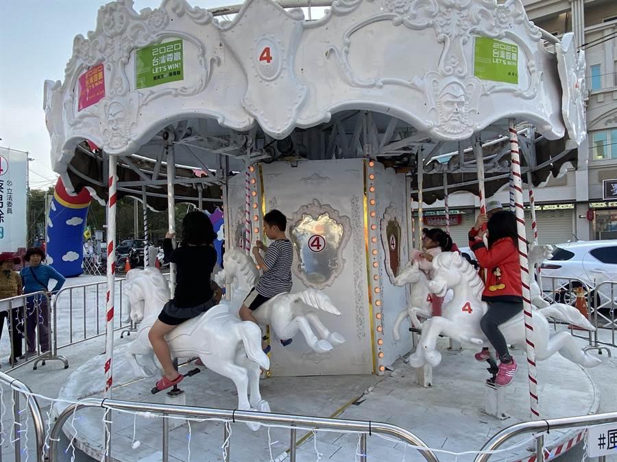 蔡易餘競選團隊在朴子競總前廣場的兒童遊樂園,吸引許多孩子前來遊玩。(張毓翎攝)