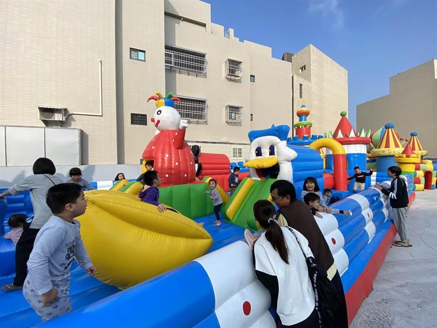 「4在哈囉」兒童遊樂園有大型滑梯、氣墊迷宮等,讓大朋友帶著小朋友前來遊玩。(張毓翎攝)