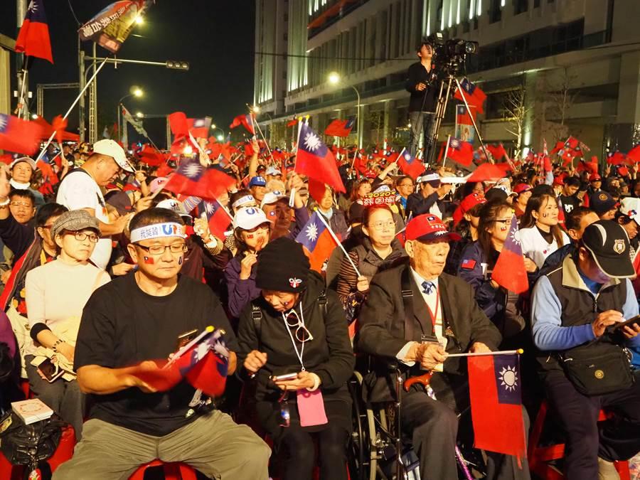 馬英九4日晚間參加新竹市的「祈福,天佑台灣─知恩感恩報恩」祈福晚會,有大批支持者場到場參加。(陳育賢攝)