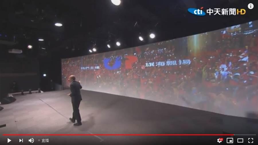 韓國瑜在政策會上,選了去年底在台中大雨中的造勢照片「我們主場,旗海飄揚」當作代表,稱30萬人願意在大雨中等他,是他人生最感動時刻。 (圖/中天新聞)