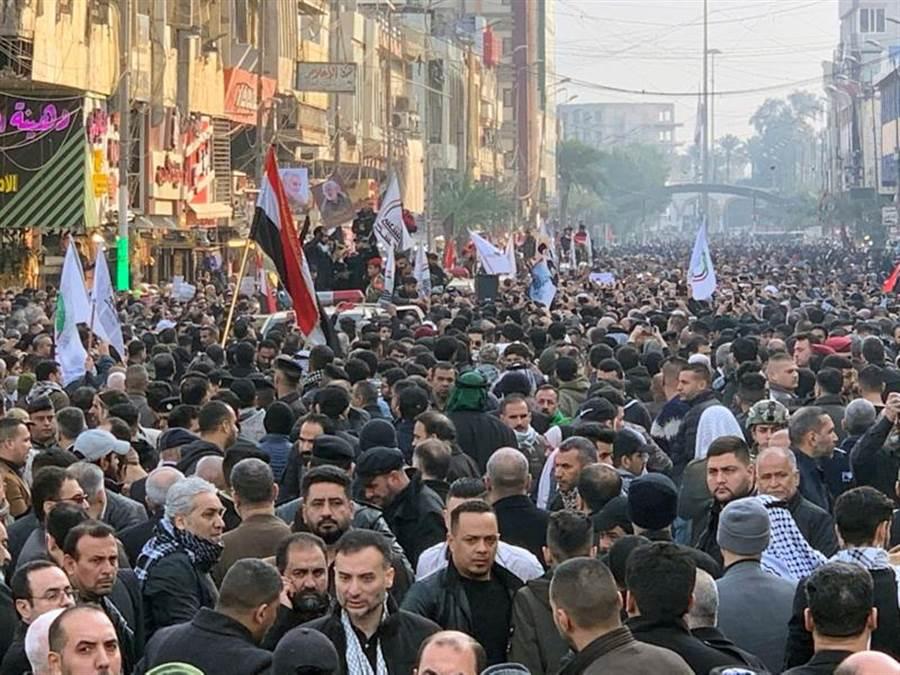 成千上萬民眾今日聚集在伊拉克首都巴格達街道上,在陰鬱氣氛中,為在美國空襲中喪生的伊朗將軍蘇萊曼尼與伊拉克民兵領導人送葬。(路透)