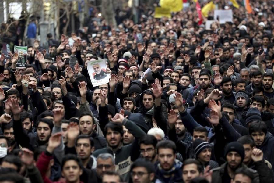 大批伊朗民眾4日走上德黑蘭街頭,抗議美國在巴格達國際機場附近空襲,導致聖城部隊(Quds Force)指揮官蘇雷曼尼喪生。(美聯社)