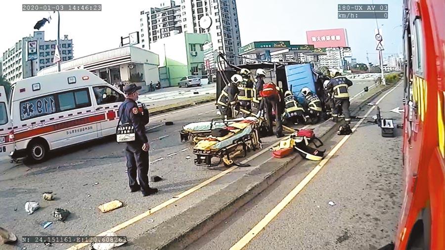 台中市3日發生拖板車撞上貨車事故,造成貨車內1男1女失去生命。(台中市消防局提供/黃國峰台中傳真)