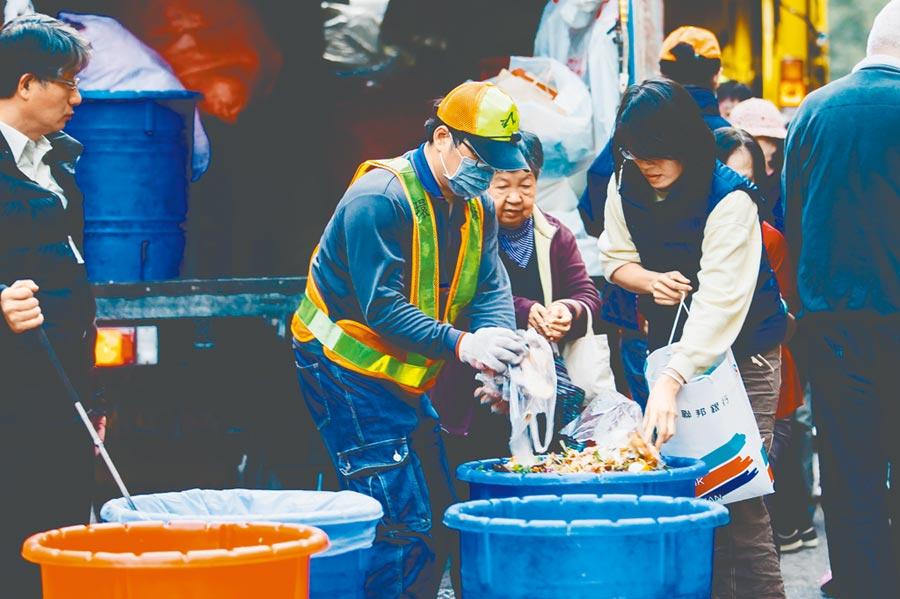 北市環保局公布春節期間垃圾收運情形,大年初一至初三、初五停止垃圾和廚餘清運及資源回收。 (本報資料照片)