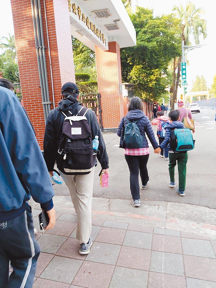 一對雙胞胎兄弟交換學校上課,結果被班導師識破。(摘自Meteor社群網站)